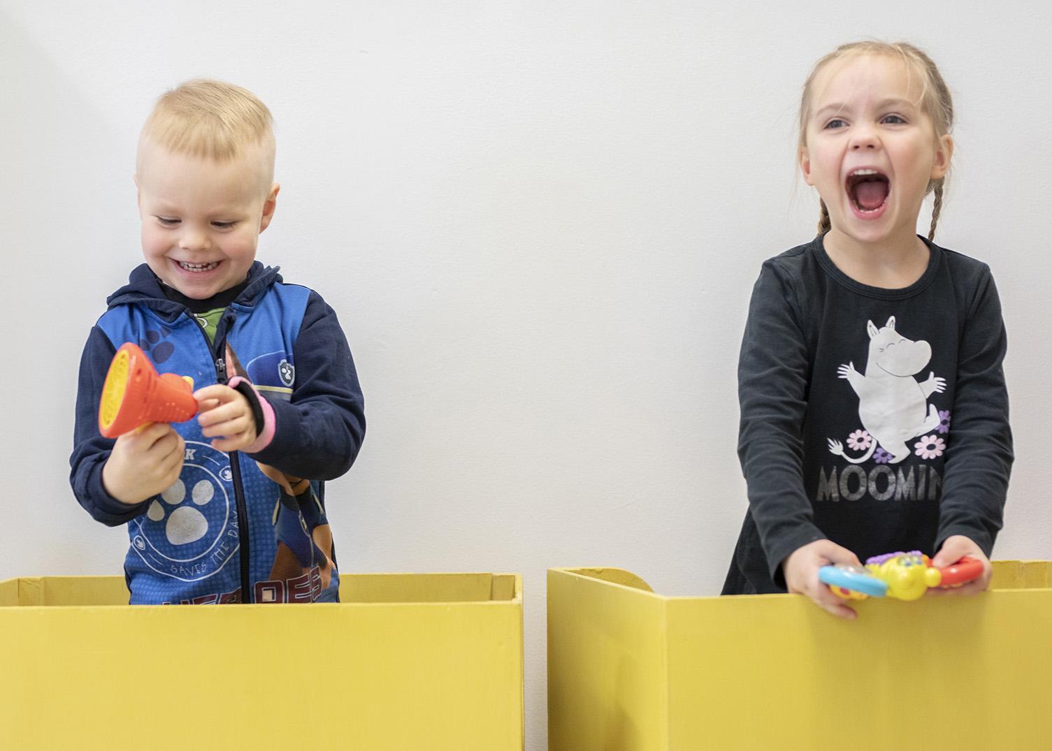 Lapset leikkivät laatikoissa.