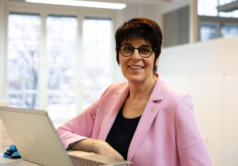 Anneli Lehtimäki toimistolla tietokoneen ääressä.