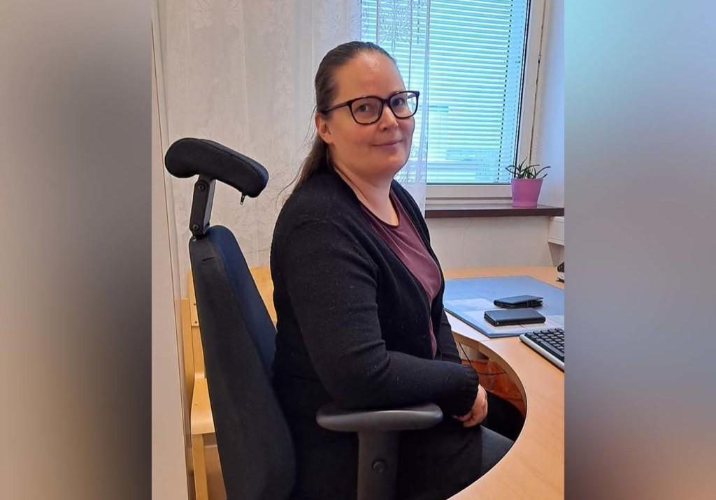 Jonna Elovaara istuu työhuoneessaan
