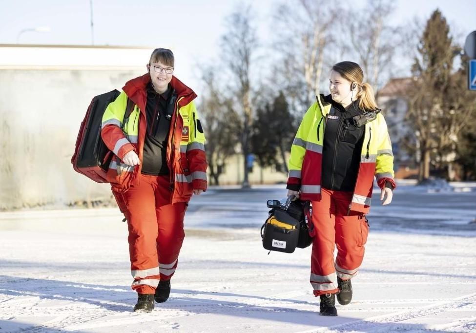 Ensihoitaja Niina Ekberg ja mobiilihoitaja Niina Elo menevät sinne, missä apua tarvitaan. Liikkuva palvelumuoto Combilanssi yhdistää koti- ja laitoshoidon geriatrisen osaamisen sekä hoitotasoisen ensihoidon.